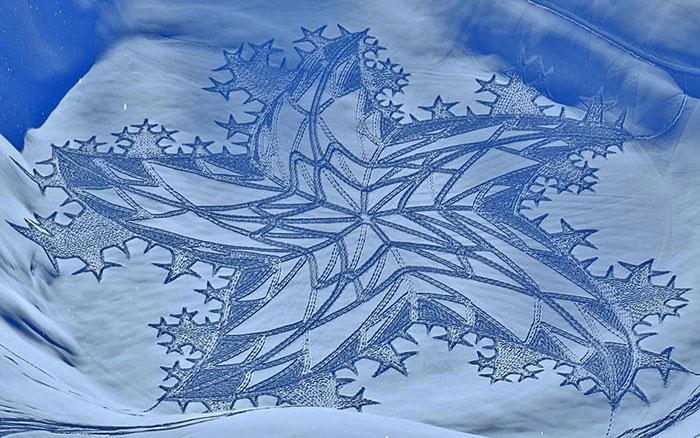 خلق طرح های زیبا روی برف با پیاده روی