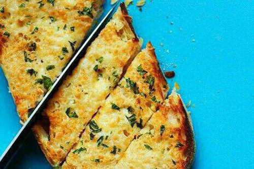 طرز تهیه نان سیر و ریحان پنیری
