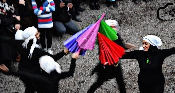 اخبار گوناگون  , عکس رقص زنان در خیابان های رشت