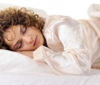 مضرات خوابیدن با موی خیس