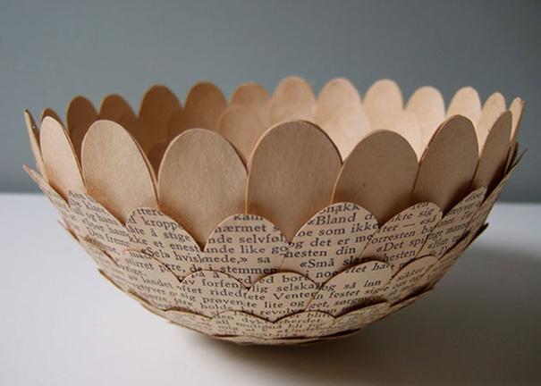 ظروف کاغذی با کتاب ها و مجلات قدیمی