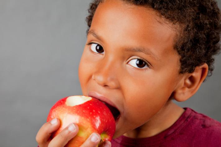 کودک داری  , فواید خوردن سیب برای کودکان!