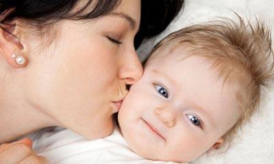بوسیدن کودک توسط مادر