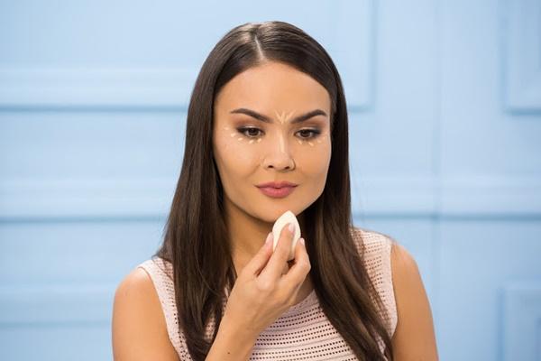 آرایش صورت  , روش صحیح زدن کرم پودر رنگ روشن و تیره