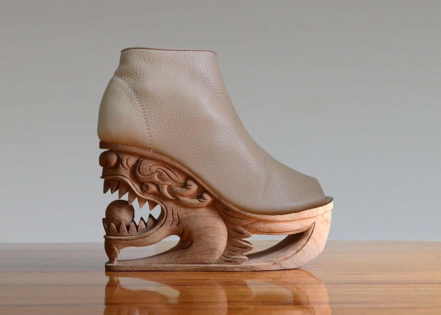کفش با پاشنه چوبی حکاکی شده