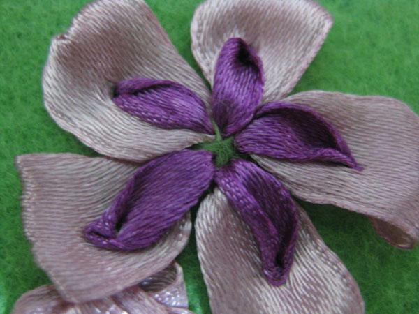 آموزش روبان دوزی , دوخت شکوفه روبانی دو رنگ