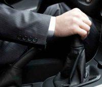نگه داشتن دست روی دسته دنده