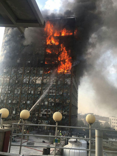 آتش سوزی گسترده در ساختمان پلاسکوی تهران