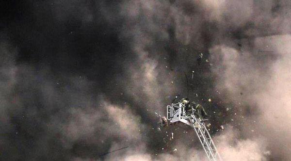 فرو ریختن ساختمان پلاسکو در حالیکه مامور آتش نشانی در تلاش برای خاموش کردن آتش است