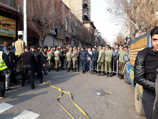 تلاش نیروی انتظامی برای جلوگیری از ورود مردم به محدوده فعالیت نیروهای امدادی