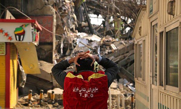 عکس دردناک نگرانی آتش نشان ها از وضعیت همکاران بعد از ریزش ساختمان پلاسکو