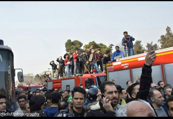 حضور مردم روی ماشین آتشنشانی برای گرفتن عکس و فیلم!