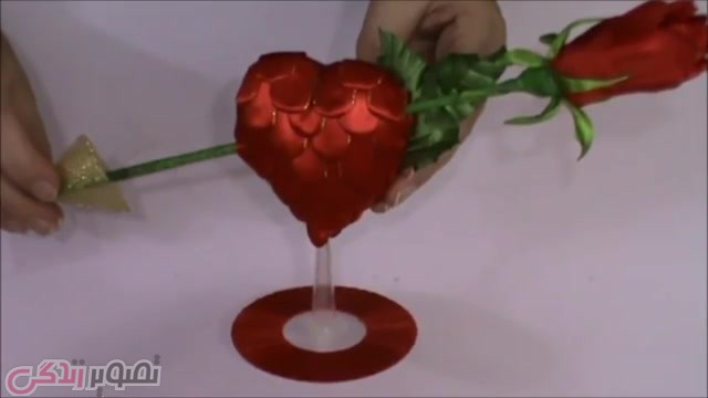 آموزش هنرهای دستی  , آموزش ساخت هدیه ولنتاین عاشقانه و شیک + فیلم • تزیین شاخه گل با قلب قرمز روبانی
