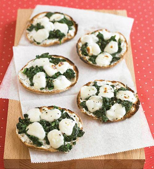 فست فود  , طرز تهیه مینی پیتزای اسفناج و پنیر با نان پیتا غذای سریع و خوشمزه