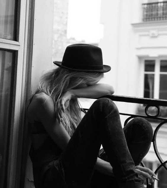 عکس پروفایل دختر تنها کنار پنجره