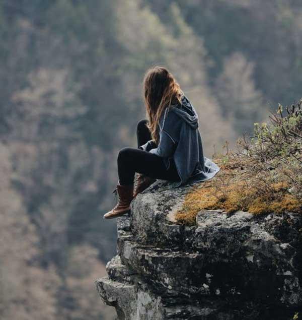 عکس پروفایل دختر تنها لب صخره