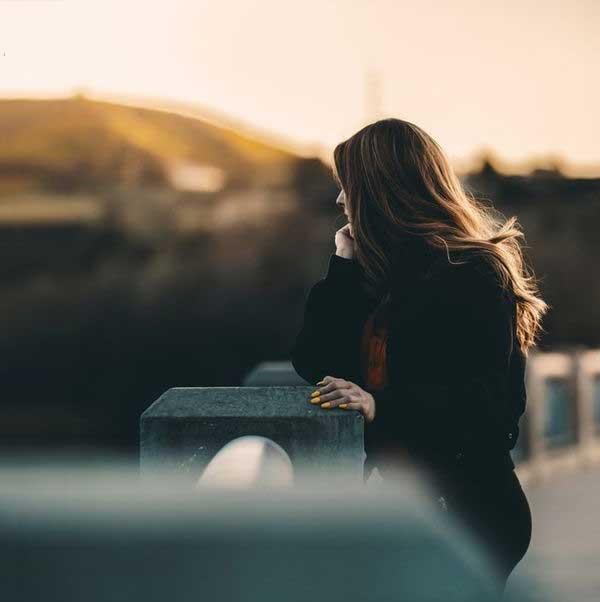 عکس پروفایل دختر تنهای غمگین روی پل