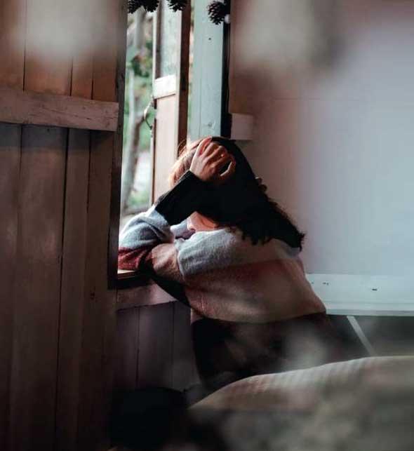 عکس پروفایل دختر تنها نشسته کنار پنجره