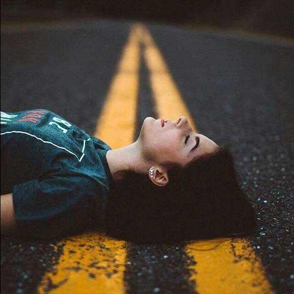 عکس پروفایل دختر خوابیده روی جاده