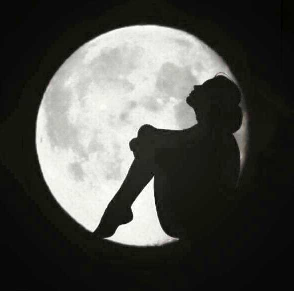 عکس پروفایل دختر تنها در شب ماه