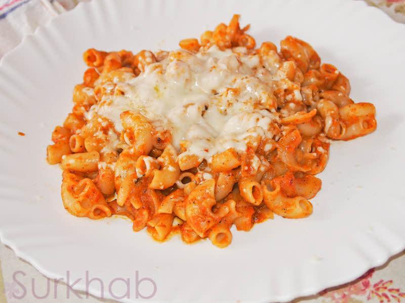 پاستا ایتالیایی با سس قرمز و پنیر