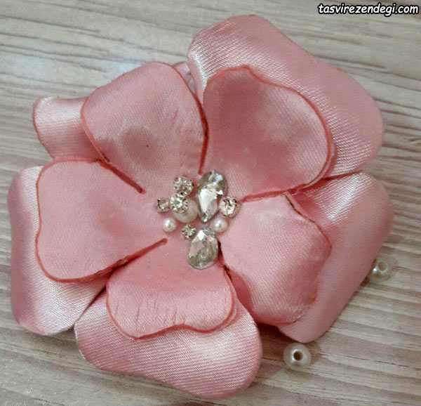 تزیین لباس با گل پارچه ای