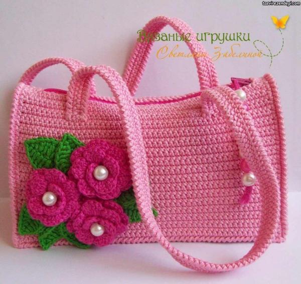 کیف زنانه قلاب بافی صورتی تزیین شده با گل و برگ