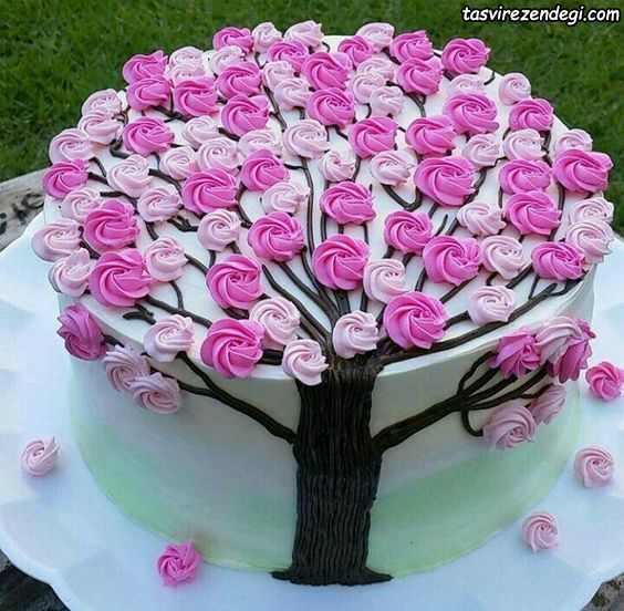 تریین کیک با ماسوره شکل درخت پر شکوفه