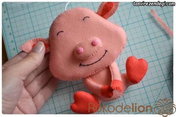 روش دوخت عروسک خوک نمدی
