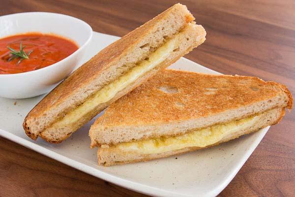 ساندویچ گریلدچیز با سس