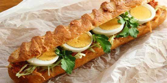 ساندویچ تخم مرغ و کالباس
