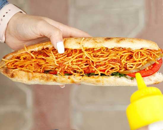 ساندویچ ماکارونی برای کودکان در مدرسه