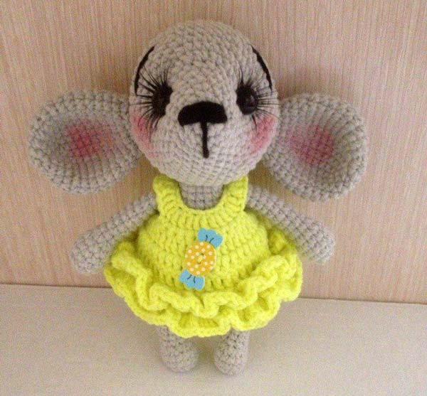 عروسک موش نگران با پیراهن زرد