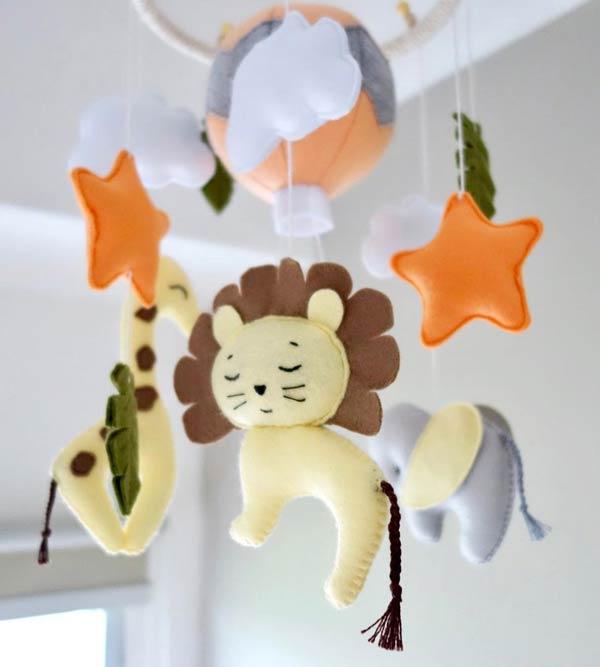 مدل آویز نمدی بالای تخت نوزاد