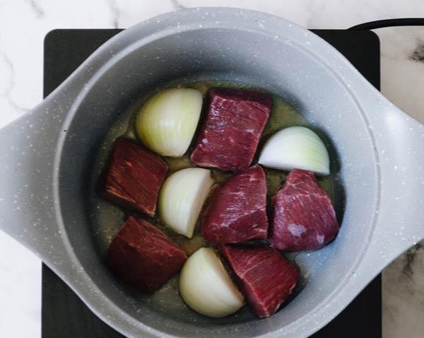 تفت دادن گوشت و پیاز