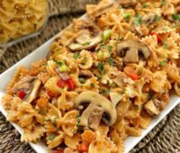 ماکارونی با قارچ و سبزیجات پاستا