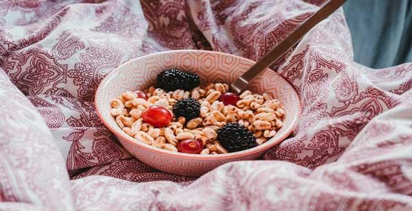 گندمک و میوه برای صبحانه