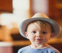 پسر کوچک با کلاه