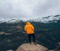 پسر با هودی زرد در طبیعت