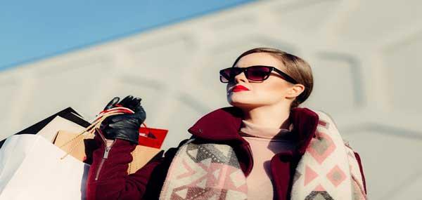 زن زیبا و شیک در لباس زمستانی گرم