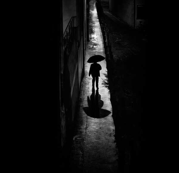 عکس پروفایل مرد تنها در کوچه تنگ و تاریک