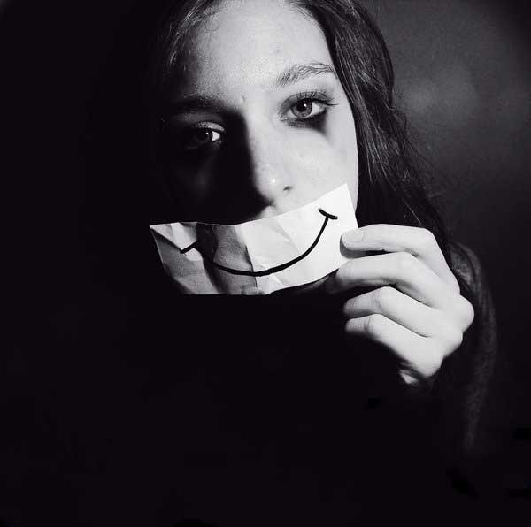 عکس پروفایل سیاه سفید دختر غمگین