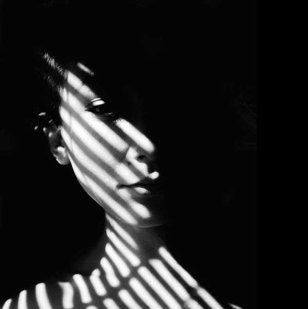 عکس پروفایل سیاه سفید دخترانه غمگین در تاریکی
