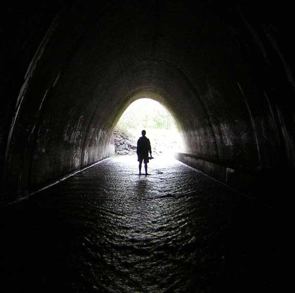 عکس تنها در تونل