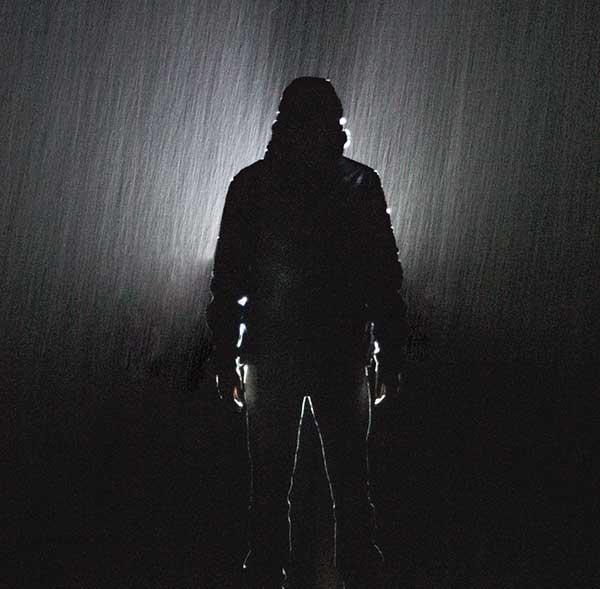 عکس پروفایل سیاه سفید پسرانه زیر باران