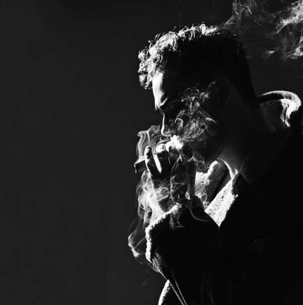 عکس پروفایل مرد غمگین در حال کشیدن سیگار