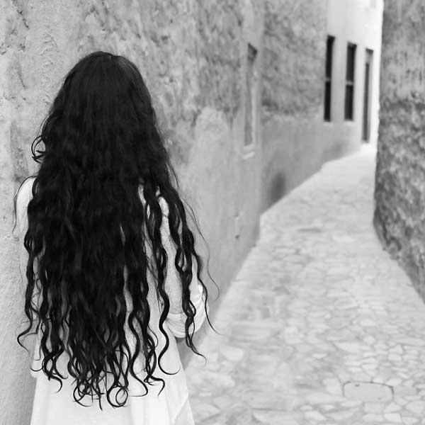 عکس پروفایل دختر تنها در کوچه در حال انتظار