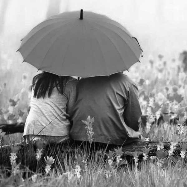 عکس سیاه سفید عاشقانه زیر چتر