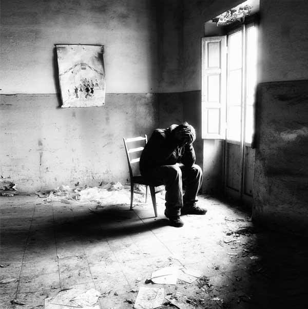 عکس سیاه سفید پسرانه خسته ام