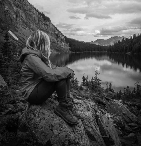 عکس سیاه سفید دختر تنها لب صخره و آب